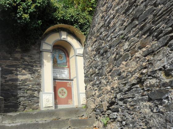 ein klein gewundener Weg zur Kirche