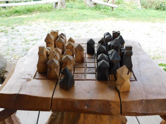 das hölzern gesägte Schachbrett mit Figuren