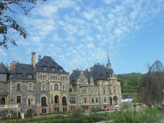 Altes Schloss mit Trauerweide